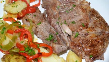 chuleta de ternera al horno con patatas y verduras